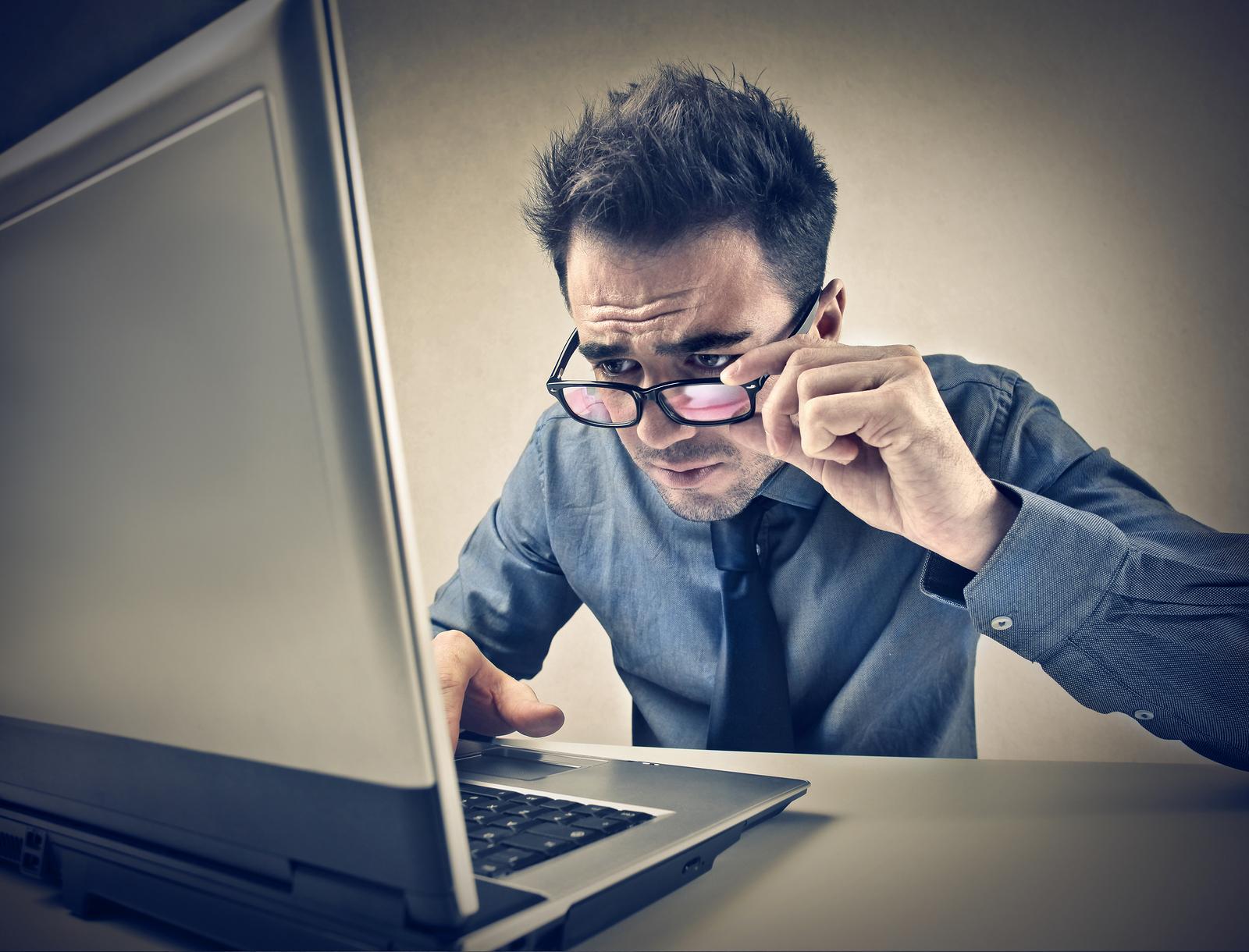 Postura incorrecta para trabajar delante del ordenador